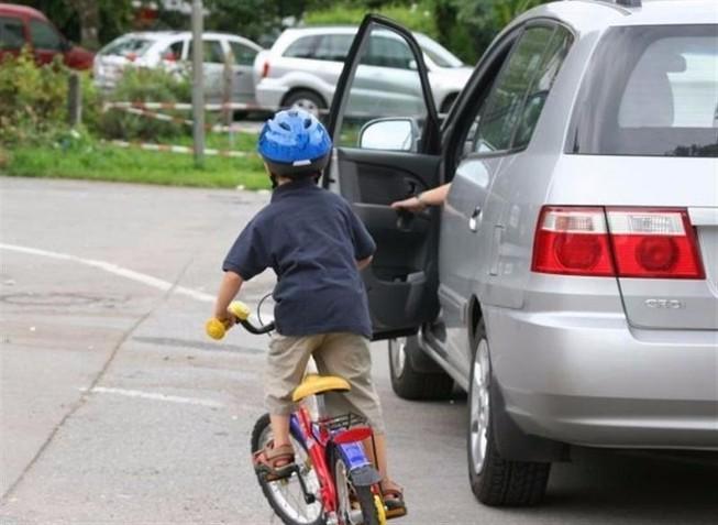 Cẩn thận với cửa xe ô tô