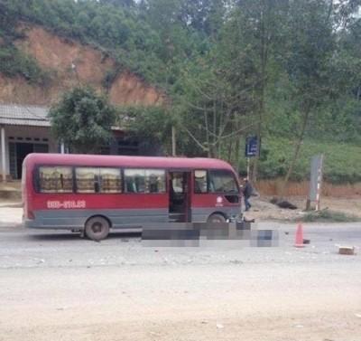 Xe khách lấn làn đâm vào xe máy làm hai người tử vong