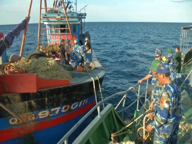 Tàu giã cào bị bắt đã bất ngờ tẩu thoát
