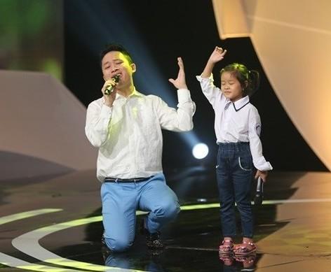 """Ca sĩ Tùng Dương bất ngờ xuất hiện, hát tặng những 'chiếc lá chưa lành"""""""
