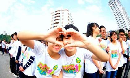 850 cặp đôi xếp hình Tổ quốc tại bờ hồ Hoàn Kiếm  