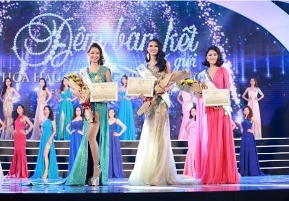 Thí sinh Hoa hậu Bản sắc Việt múa kiếm trên sân khấu