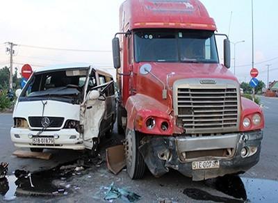 Container đấu đầu ô tô khách, 5 người bị thương