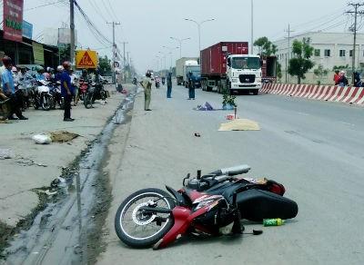 Tránh xe đậu bên đường, một phụ nữ chết thảm