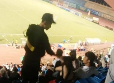 Cảnh sát cơ động tát em gái trên sân vận động để 'dạy bảo'