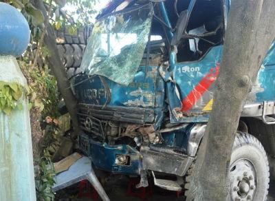Xe tải mang biển đỏ gây tai nạn liên hoàn