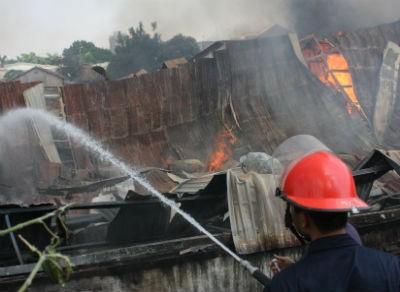 Cháy tại công ty gỗ có hàng trăm công nhân đang làm việc