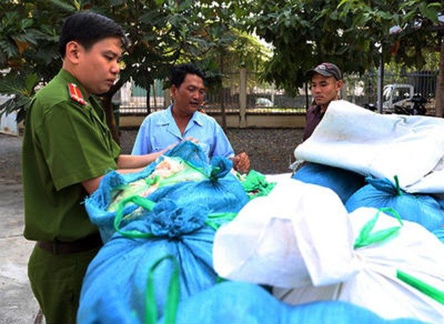 Tiêu hủy 800 kg mỡ bẩn chuẩn bị tiêu thụ ở chợ công nhân