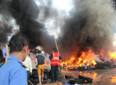Cháy khủng khiếp tại bãi vỏ xe phế liệu