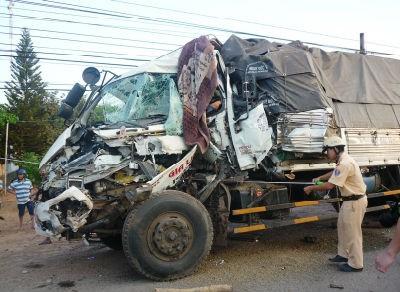 Xe tải tông nhau kinh hoàng hai người chết, bốn người bị thương
