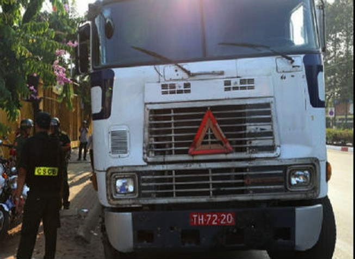 Xe container xài biển số đỏ dỏm 'làm lơ' hiệu lệnh CSGT