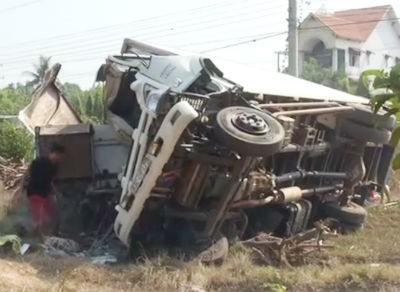 Xe tải nổ lốp gây tai nạn, ba người tử vong