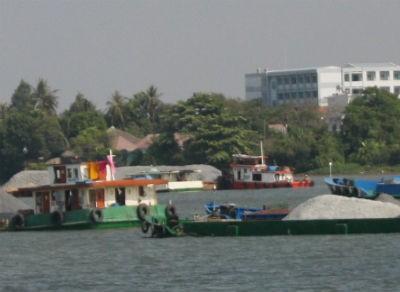 Sập cầu Ghềnh, tàu, sà lan ùn tắc trên sông Đồng Nai