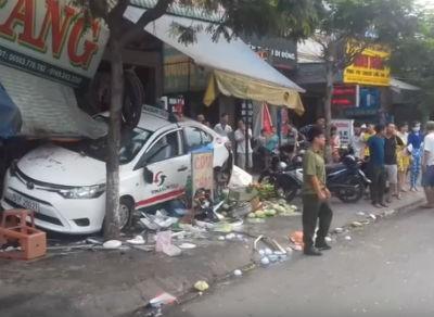 Taxi lao vào quán ven đường, 5 người bị thương