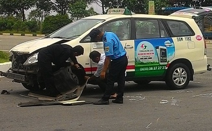 Taxi quay đầu tông xe máy, 2 người thương vong