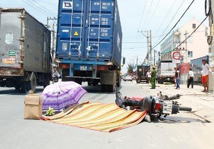Người đàn ông chết thảm dưới bánh xe container