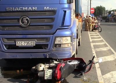 Bị xe container cuốn vào gầm, một phụ nữ tử vong