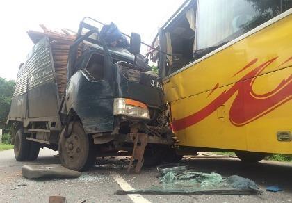 Xe tải đối đầu xe khách, hàng chục người bị thương