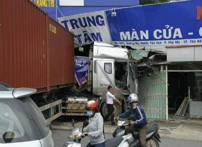 Xe container đâm sập cửa hàng nội thất, nhiều người thoát chết