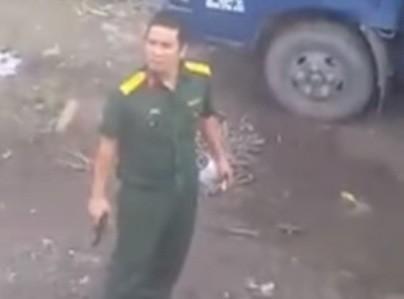 Xác định quân nhân chĩa súng vào tài xế