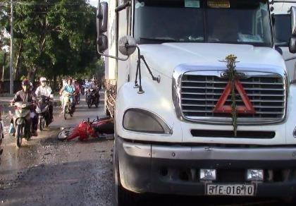 Sụp 'ổ gà', một phụ nữ suýt chết dưới bánh xe container