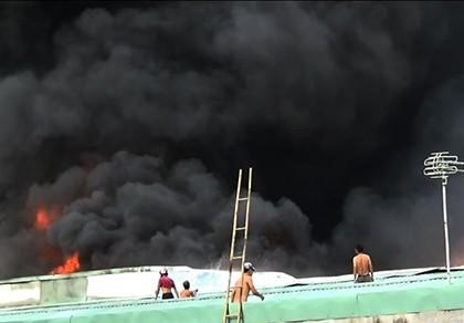 Cháy cực lớn công ty phế liệu, hàng trăm người nháo nhào tháo chạy