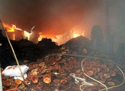 Cháy lớn, một xưởng gỗ bị thiêu rụi