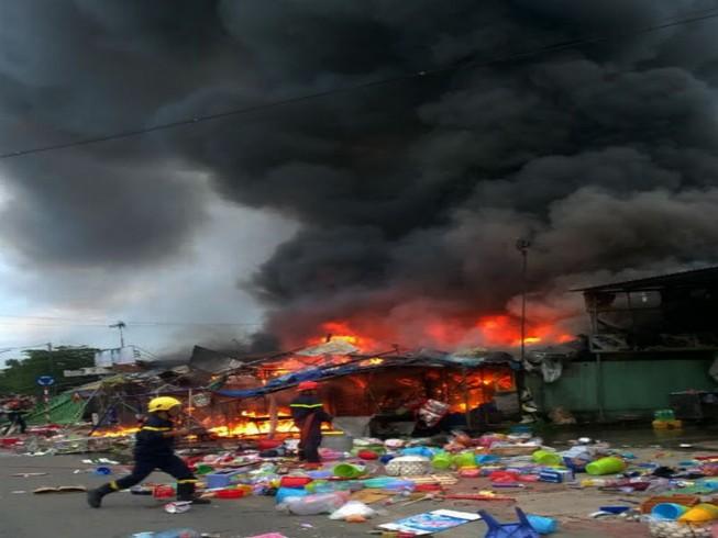 Cháy lớn ba cửa hàng trong làng ĐH Quốc gia