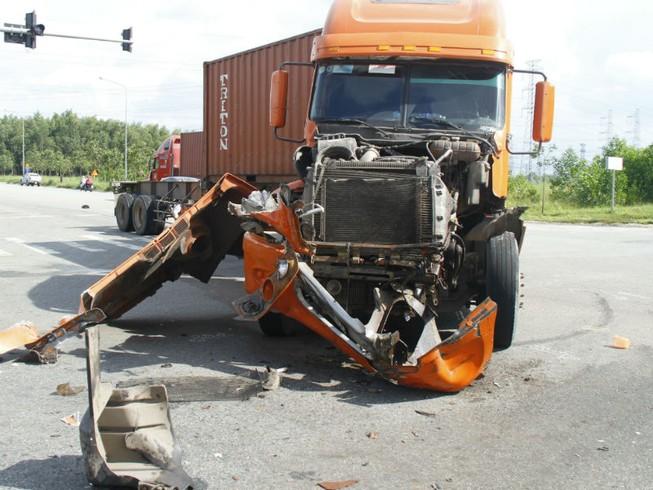 2 xe container tông bẹp dúm đầu, lật nhào trên đường