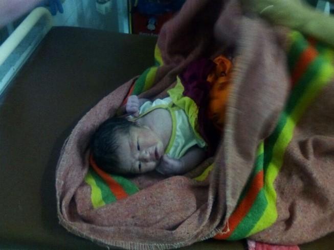 Bé sơ sinh bị bỏ rơi trong chòi mủ cao su