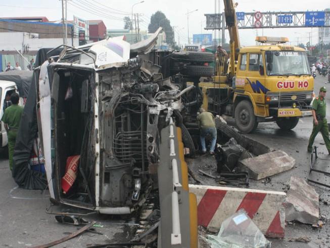 Xe tải và container tông nhau lật nhào xuống cầu vượt