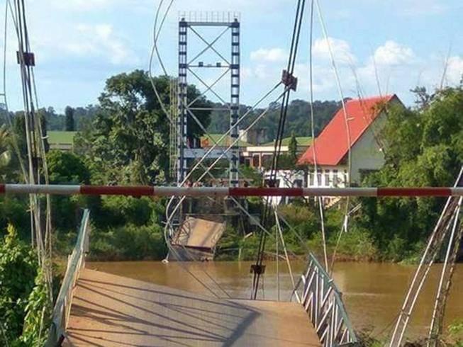 Sập cầu, nhiều người rơi xuống sông