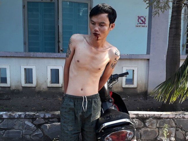 Chủ quầy tạp hóa quật ngã tên trộm xe máy