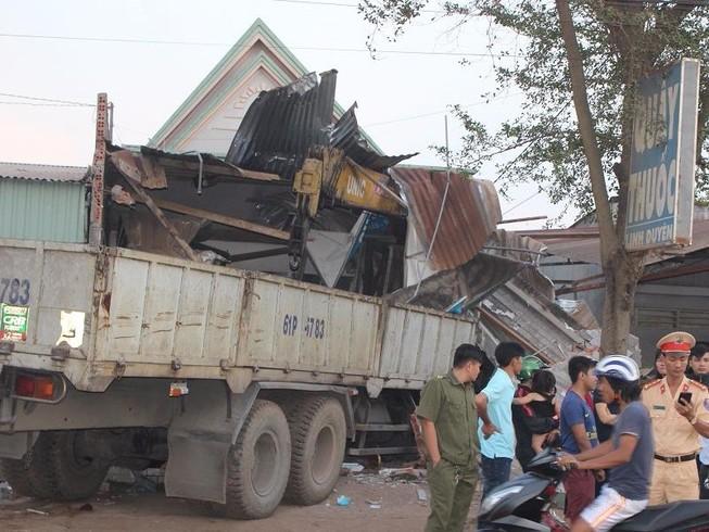 Xe tải cẩu mất lái, đâm sập nhà dân bên đường
