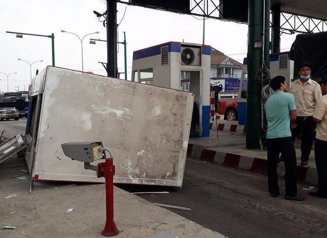 Xe tải kéo đổ cabin trạm thu phí, 1 nhân viên bị thương