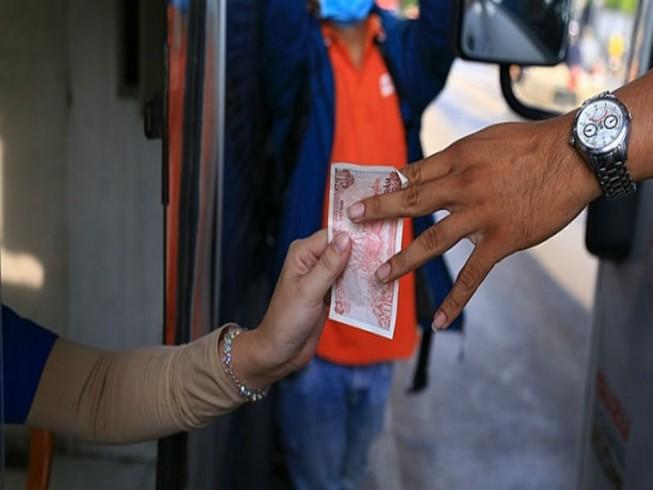 Tài xế dùng tiền lẻ mua vé phản đối BOT tránh Biên Hòa