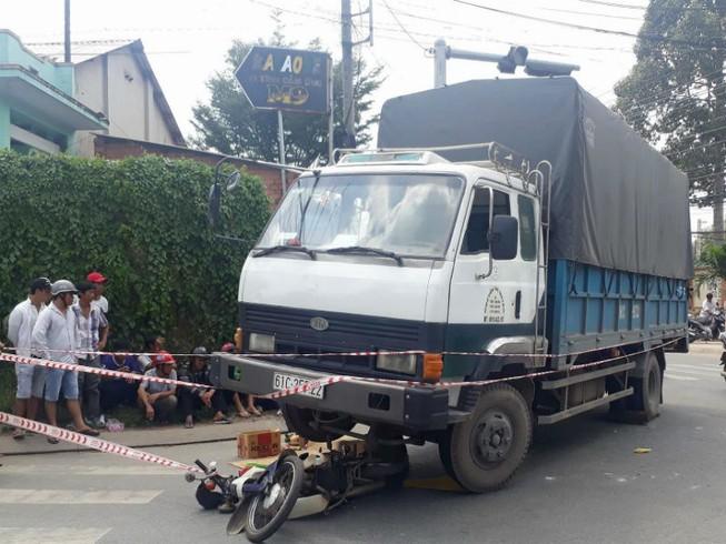 2 ông cháu trên đường đến trường bị xe tải cán tử vong