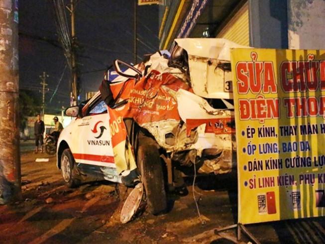 Tài xế đỗ taxi ngủ trên vỉa hè, bị container tông chết