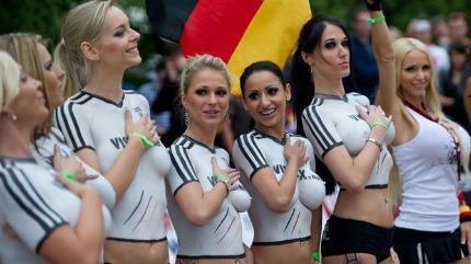 Nóng bỏng trận đấu cổ vũ Euro 2016 bằng body painting