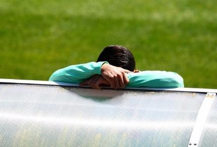 Cristiano Ronaldo suy sụp vì đá hỏng penalty trong trận gặp Áo