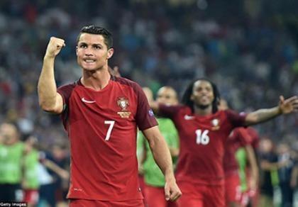 Ronaldo hoảng hồn vì bị fan cuồng 'dí' trên sân