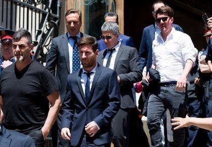 Chủ tịch Barcelona lo 'sốt vó' vì sợ mất Messi
