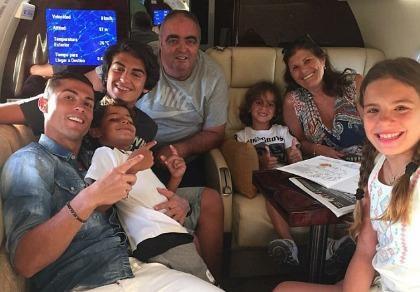 Ronaldo thuê máy bay đi chơi với gia đình sau chấn thương