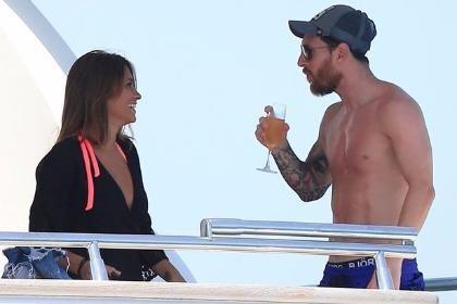 Fan 'cuồng' bơi vượt biển để được chụp ảnh cùng Lione Messi