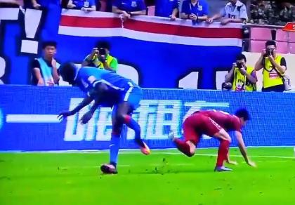 Kinh hoàng pha bóng làm gãy chân đối phương ở giải bóng đá nhà nghề Trung Quốc