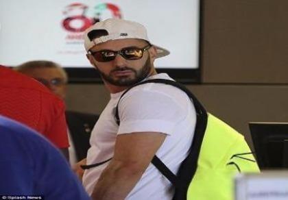 Karim Benzema... choáng váng khi gặp fan cuồng