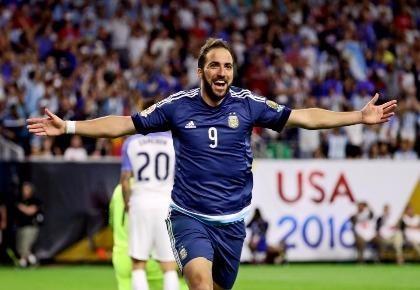 Vừa bán Pogba, Juventus mua Gonzalo Higuain với giá kỷ lục