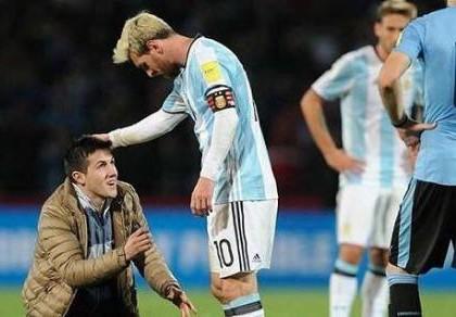 Fan cuồng nhào vào sân... vái lạy Messi