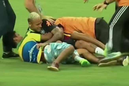 Neymar biểu hiện đẹp khi bị fan cuồng 'tấn công'