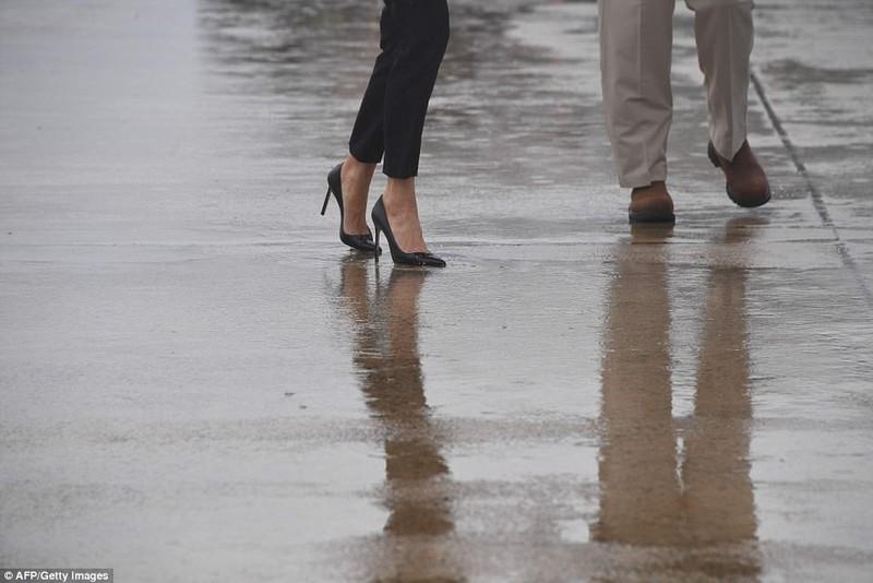 Đi giày cao gót đến vùng lũ, bà Trump gây bão dư luận - ảnh 2